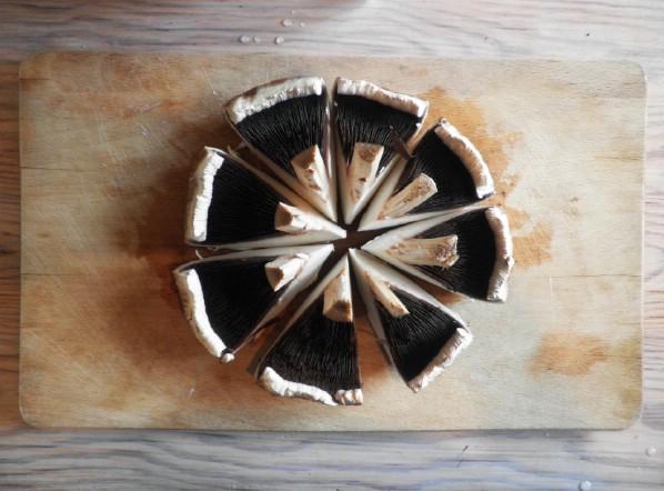 Symmetrical portobello mushroom cutting