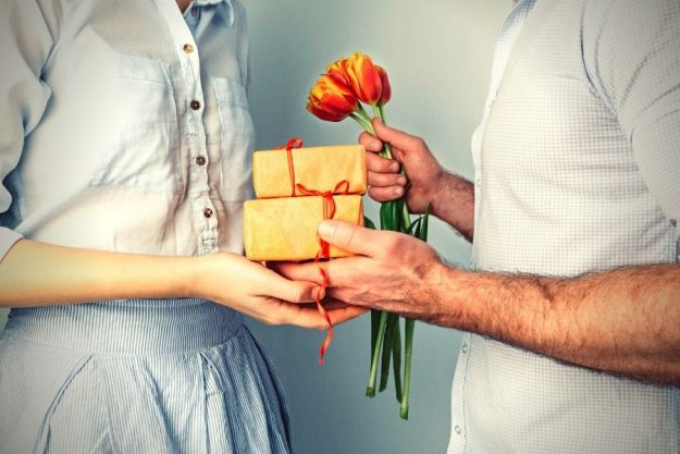 If a guy gives you a gift, does he like you